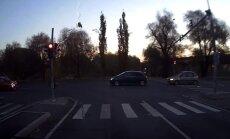 ВИДЕО: Беспечный велосипедист чудом не попал под колеса автомобиля