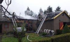FOTOD: Lüganuse vallas põles pikselöögi tõttu süttinud sauna, garaaži ja abiruumidega hoone