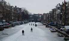 ФОТО и ВИДЕО: В Амстердаме каналы превратились в катки