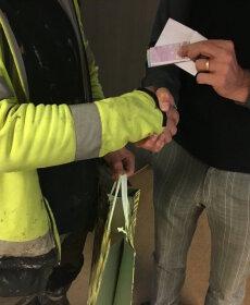 LIIGUTAV HETK: Harukordselt aus mees tagastas tänu sotsiaalmeediale Ülemiste parklast leitud 520 eurot õigele omanikule