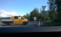 VIDEO: Raplamaal vajus kraavi teravilja vedanud veoauto