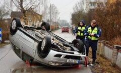 Võhmas sõitis Opel katuse peale