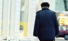 Vana mees kõnnib tänaval