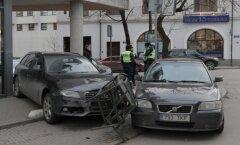 DELFI FOTOD: Tatari tänaval ajas juht segi gaasi- ja piduripedaali, sõitis üle kohviku terrassi, rammis teist autot ja ajas alla jalakäija