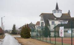 Ilmandu küla torniga majad paistavad kaugele. Betoonaiad on lammutatud ja häärberi hoovis laiub ka uhke tenniseväljak.