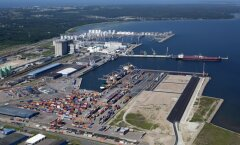 Muuga sadam arvestab juba Rail Balticuga. Panoraamvaate parempoolses tühjas osas on Rail Balticu kaubaterminali tõenäoline asukoht.
