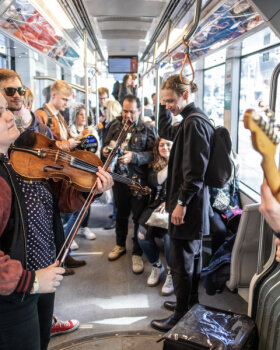 VIDEO | Jazzkaar tõi kontserdi trammi. Üllatunud reisija: trammis keegi ei ütle tere ega head aega, nüüd läks meel tükk maad rõõmsamaks