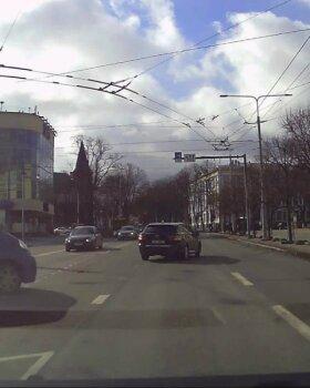 LUGEJA VIDEO | Kas kõik on ikka korras? Juht sõitis punase fooritulega ristmikule ja keeras seejärel kaasliiklejale meelega ette