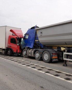 Tallinna-Narva maanteel põrkasid kokku kaks veoautot