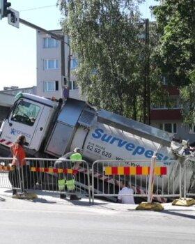 VIDEO ja FOTOD | Tallinnas Endla tänaval läbi asfaldi vajunud veoauto tõsteti august välja