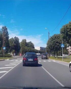 VIDEO   Järjekordne liiklushuligaan: liikluskõlbmatu sõidukiga Audi-alfa kimab läbi linna nagu homset polekski
