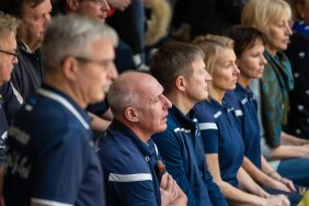 Saaremaa võrkpalliklubi kodumängul istuvad kõrvuti klubi endine president Toivo Alt (vasakul) ja praegune president Ivar Alt.