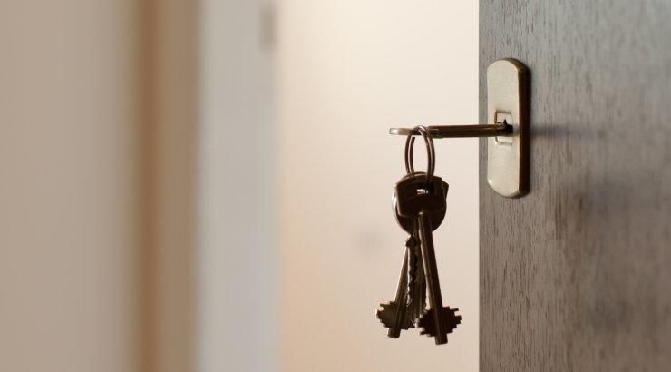 Naine avastas kõigest kuu peale lahutust, et nende ühine elamine on tühjaks tassitud, isegi uksed-aknad ja elektrijuhtmed seinast ära viidud