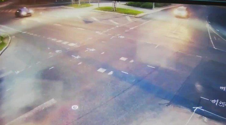 4279608ef1c VIDEO   Jõhker avarii tühjal Tallinna tänaval - Peugeot kiirustas üle  ristmiku, kuid sõitis taksole küljelt sisse. Klient viidi haiglasse - Delfi  TV