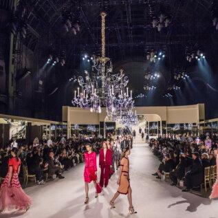 FOTOD | Pilkupüüdev sära, õhulised kangad ja õrnad suled: Chanel esitles peohõngulist kollektsiooni