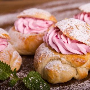 KÄES ON VASTLAD: Küpseta perele roosa täidisega, kohevad ja magusad vastlakuklid