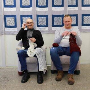 Kudumine ja peen näputöö pole ainult naiste pärusmaa, kinnitavad Elmar Loorits (vasakul) ja Andero Paalvelt.