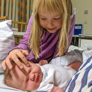 Lee tervitab pisikest õde Saskiat.