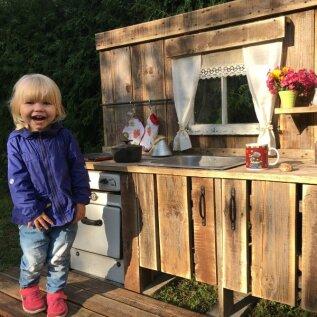 Kardinad, köögitarvikud, lillepotid ja ongi valmis laste kodune kokkamise koht.