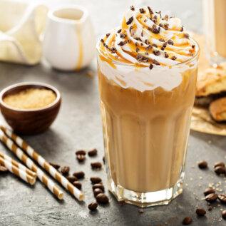 Suurepärane suvejook kangest kohvist, vanillijäätisest ja vahukoorest