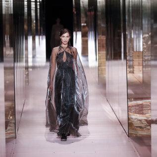VIDEO | Valus kukkumine moelaval! Bella Hadid otsib fotograafi, kes talle appi ruttas