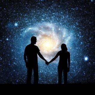 Kas armastus saab õitseda, kui tähed liitu ei soosi? Eksperdid selgitavad, kas ja kui palju tasub horoskoope uskuda