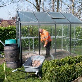 Survepesur on ideaalne abivahend kasvuhoone puhastamisel.
