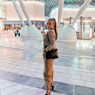 Suur osa Anneta elust Dubais möödub uhketes kaubanduskeskustes töötades.