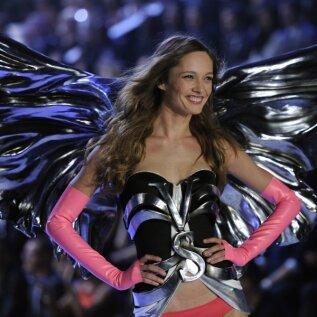 Karmen Pedaru Victoria's Secreti šõus, 2011