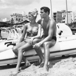 Nagu tänapäeval. Noorpaar naudib 1960-ndatel rannamõnusid.