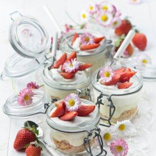 Küpsetamata laimi-maasika juustukook.