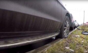 ВИДЕО: возле погранпункта в Ивангороде порезали шины у нескольких десятков автомобилей