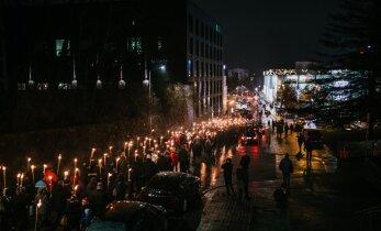 VIDEO JA FOTOD | EKRE toetajad tähistavad Tartu rahu aastapäeva tõrvikurongkäigu ja ühislaulmisega