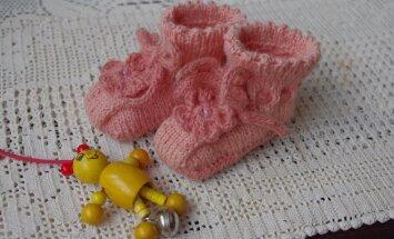 Väikesed papud on kootud vaarikavarte ja pajuokstega värvitud lõngast.