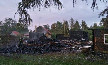 FOTOD: Piirissaarel oli taas tulekahju, seekord hävines kaks elumaja