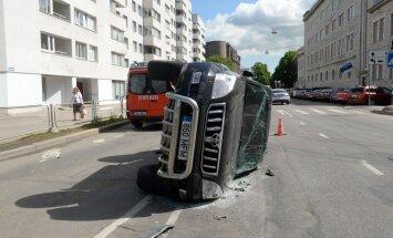 FOTOD SÜNDMUSKOHALT: Gonsiori tänaval paiskus maastur külili