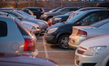 Kaubanduskeskuste juures täituvad parklad autodega