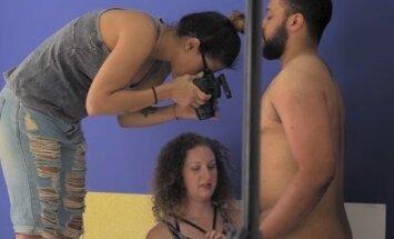 Vahva VIDEO ja GALERII: Professionaalne peenisefotograaf pildistab erinevates kostüümides väikemehi