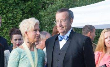 Presidendipaar taasiseseisvuspäeva vastuvõtul Kadrioru Roosiaias
