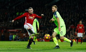 Ragnar Klavan (paremal) võitluses Wayne Rooneyga