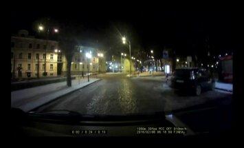 VIDEO: Vaata hetke, mil läbiroostetanud tänavapost Pärnu maanteele kukub