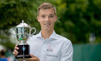 Kenneth Raisma Wimbledoni noorteturniiri võidukarikaga