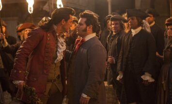 LeFou (Josh Gad - paremal) ja Gaston (Luke Evans)