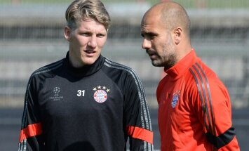 Bastian Schweinsteiger (vasakul) ja Pep Guardiola