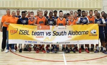ISBL Tähtede meeskond ja Lõuna-Alabama ülikooli meeskond ühispildil