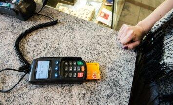 В августе Swedbank начнет выдавать бесконтактные банковские карточки