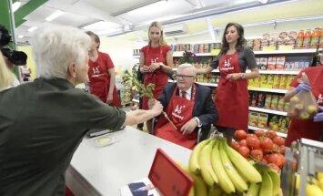 DELFI FOTOD: Linnapea ametist kõrvaldatud Savisaar tähistas sünnipäeva LIPOs müüjaametit proovides, nelkidega õnnitlejad ootasid reas