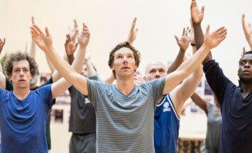 """Benedict Cumberbatch (keskel) """"Hamleti"""" proovis. Hollywoodi A-kategooria filmistaar meelitab oma fännid Londonisse Shakespeare'i klassikat vaatama."""