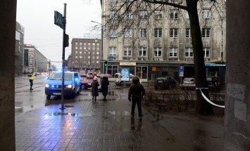 DELFI FOTOD: Pommipaanika tõttu on Tallinna kesklinnas tänav suletud, trammid seisavad, bussiliiklus suunati ümber