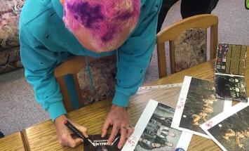 Flea Metallica materjalidele autogramme kirjutamas